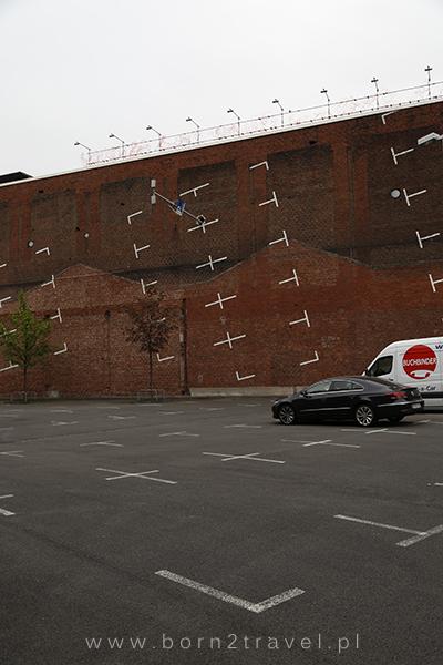 Parking w Kolonii. Ciekawe, dlaczego tyle tu pustych miejsc...? :P