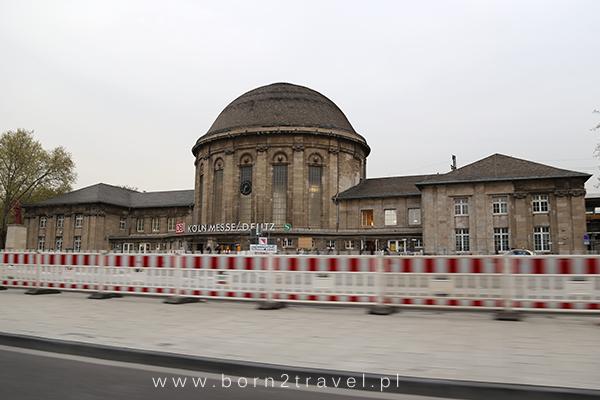 Stacja kolejowa Köln Messe w dzielnicy Deutz. Pierwsze zdjęcia w podróży zawsze robimy w środkach transportu, przez szybę - co widać i tutaj...
