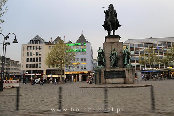 """Kolonia, Pomnik Fryderyka Wilhelma III, fotka również zrobiona """"w biegu""""."""