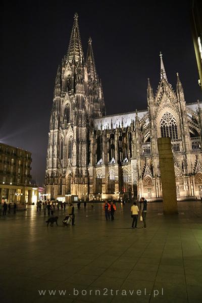 Katedra po zmroku, z bliska.
