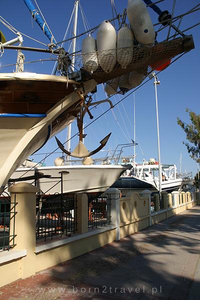Marina w Kos i zwisająca nad ścieżką rowerową kotwica.