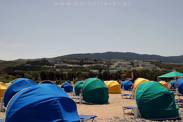 """Przed wiatrem można schronić się pod kolorowym, plażowym """"namiotem""""."""