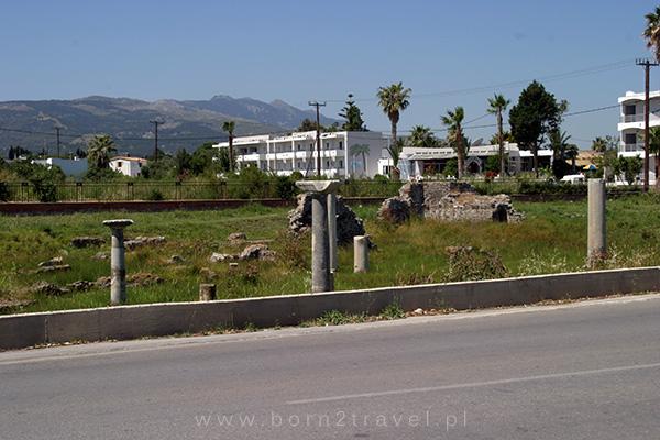 Greckie kolumny i pozostałości po starożytnych budowlach - tak po prostu, wyrastają sobie z ziemi przy drodze prowadzącej do miasta Kos.