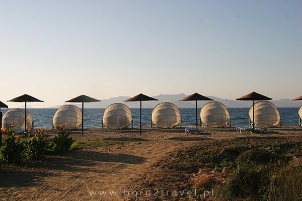 Hotelowa plaża późnym popołudniem