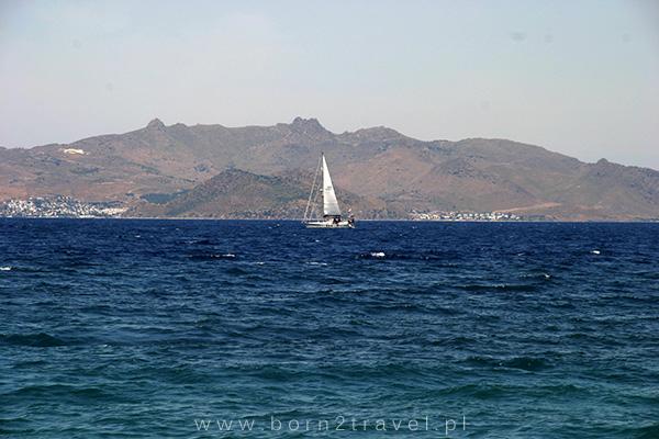 Widok na turecki brzeg z hotelowej plaży.