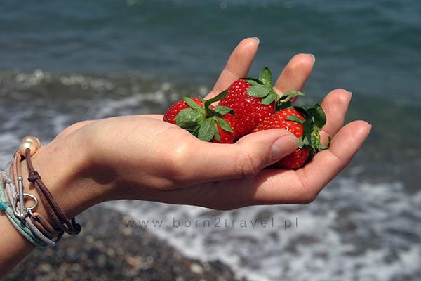Słodkie i smaczne truskawki - idealne jako plażowa przekąska.
