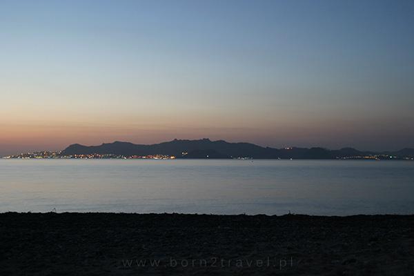 Turecki brzeg wieczorem mieni się tysiącami żółto-pomarańczowych światełek.