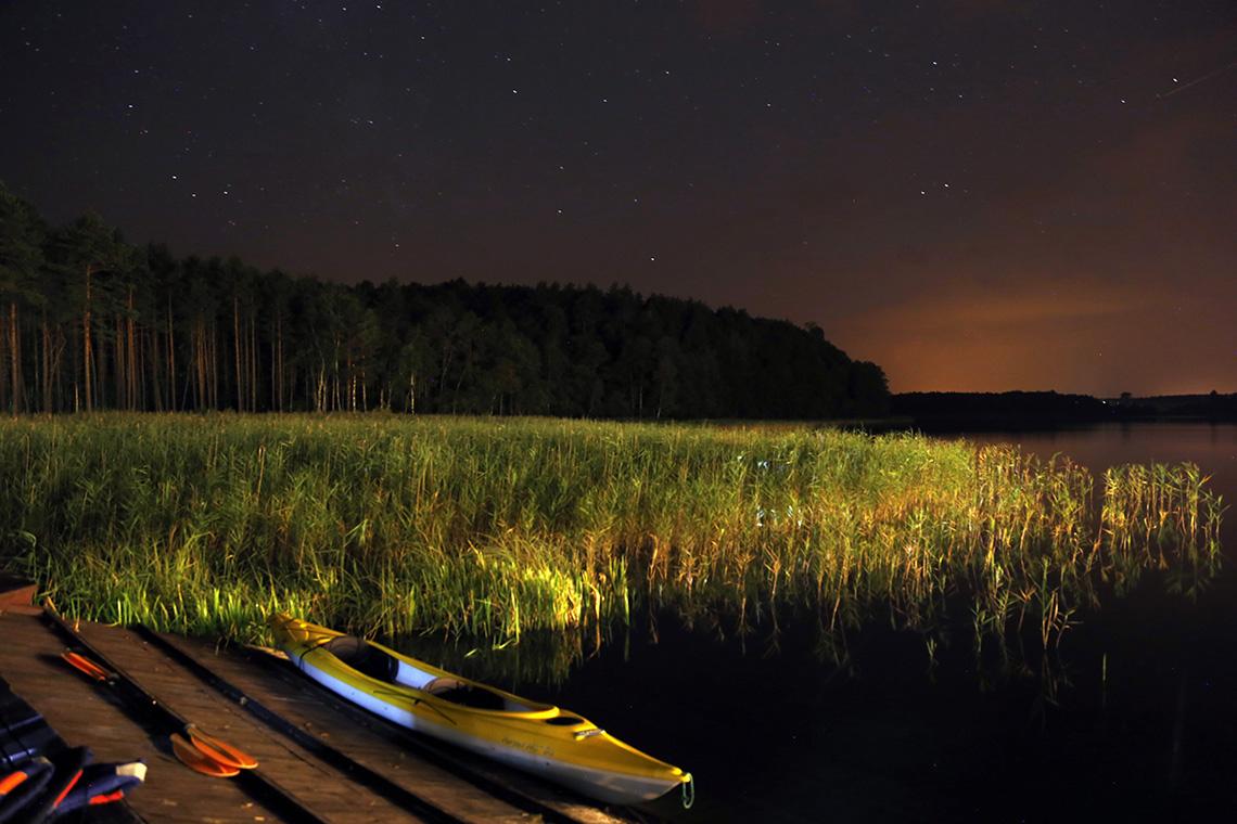 Twórczość Tomka. Gwieździsta noc nad jeziorem - jeden z tych widoków, które nigdy się nie nudzą.