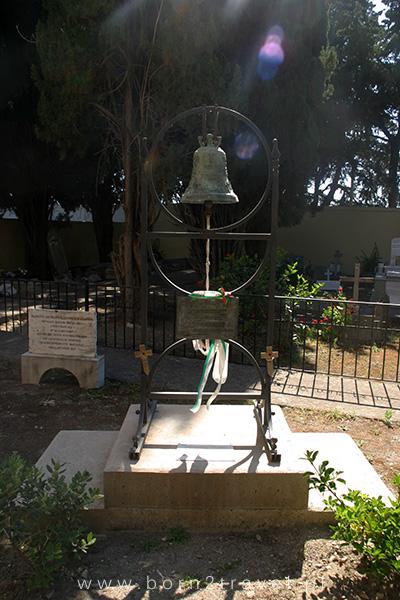 Przy kościele znajduje się również cmentarz, na którym chowano szczątki żołnierzy włoskich poległych w I wojnie światowej.