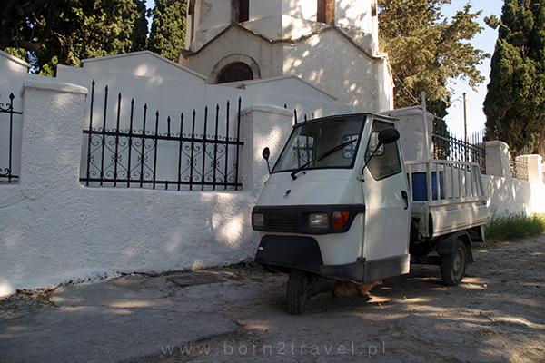 Trójkołowy pojazd przy cmentarzu w Kos.