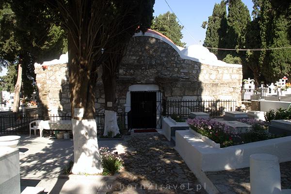 Kapliczka na cmentarzu w Kos.