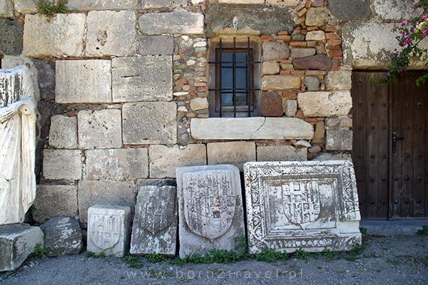 Leżą sobie pod ścianą niczym ozdoby, które czekają na przywieszenie...