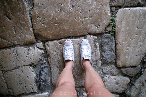 Zawsze, gdy znajdę się w takim miejscu – obojętnie, czy są to ruiny średniowiecznego zamku, starożytnego amfiteatru czy prekolumbijskiej piramidy Majów – wyobrażam sobie ludzi, którzy kilka tysięcy lat wstecz stąpali po tej samej ziemi...