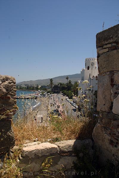 Z zamku można podziwiać również miejską plażę i budynek ratusza.