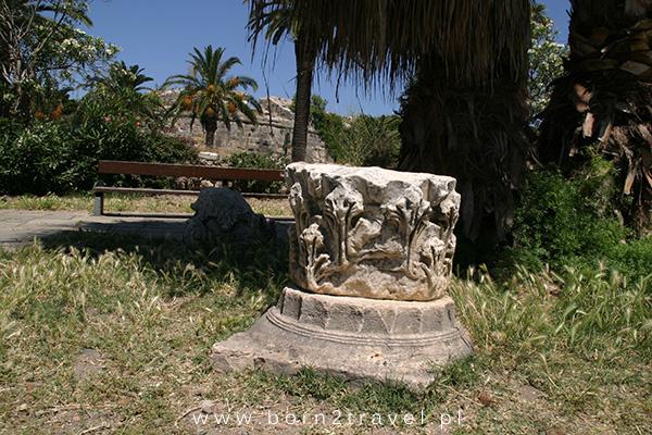 Fragmenty starożytnych greckich kolumn - tak po prostu leżą sobie w trawie...