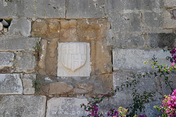 Detale na zamkowych murach.