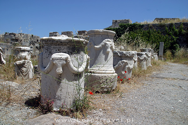 Trochę starożytności w średniowiecznych ruinach.