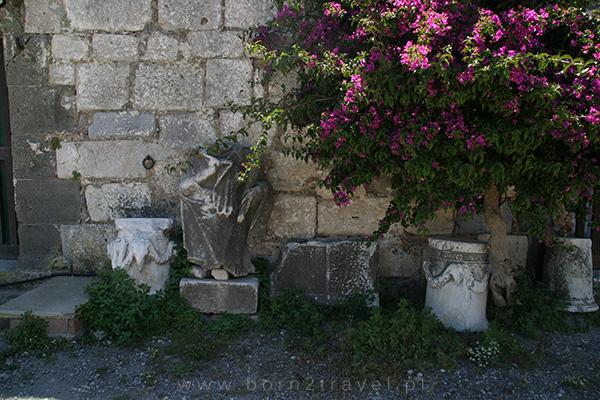 Zabytkowe fragmenty kolummn i posągów greckich.