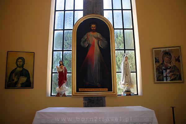 Skromne wnętrze kościoła katolickiego (Sanktuarium Krzyża Świętego – Parafia Baranka Bożego)