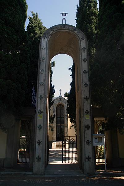 Brama przed kościołem katolickim w mieście Kos.