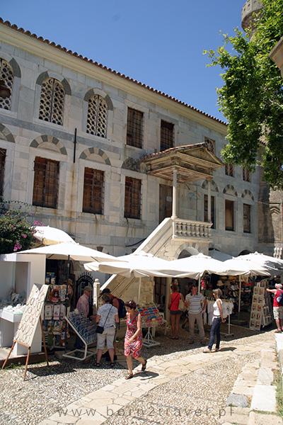Biznes kwitnie na parterze XVIII-wiecznego meczetu.
