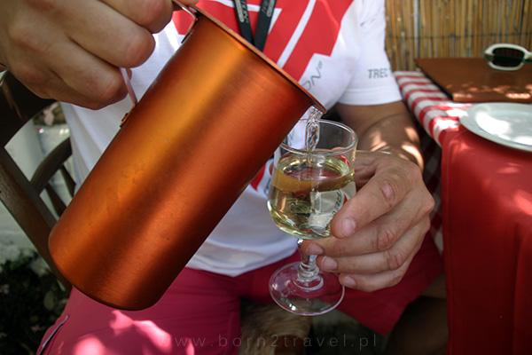 Białe wino, oczywiście również greckie.