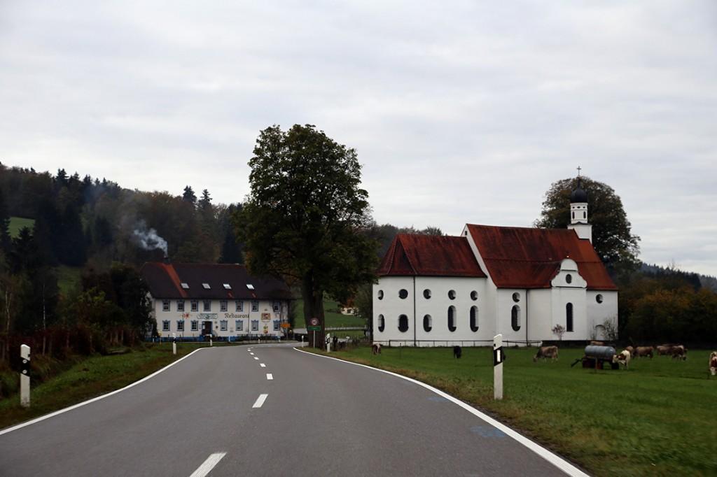 Przydrożna bawarska restauracja i kościół. Tuż obok pasły się krowy.