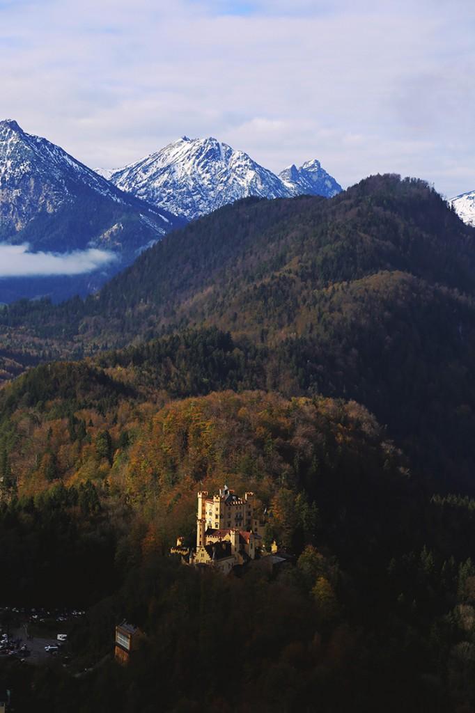 Zamek Hohenschwangau w jesiennej scenerii.