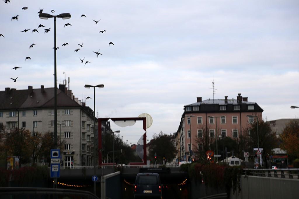Przejazd przez Monachium. Zdjęcie lekko poruszone, ale podoba mi się uchwycony moment.