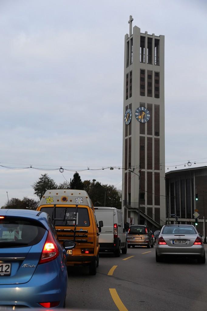 W drodze do Schwangau. Wieża Kościoła Parafii Katolickiej Św. Tomasza w Monachium.