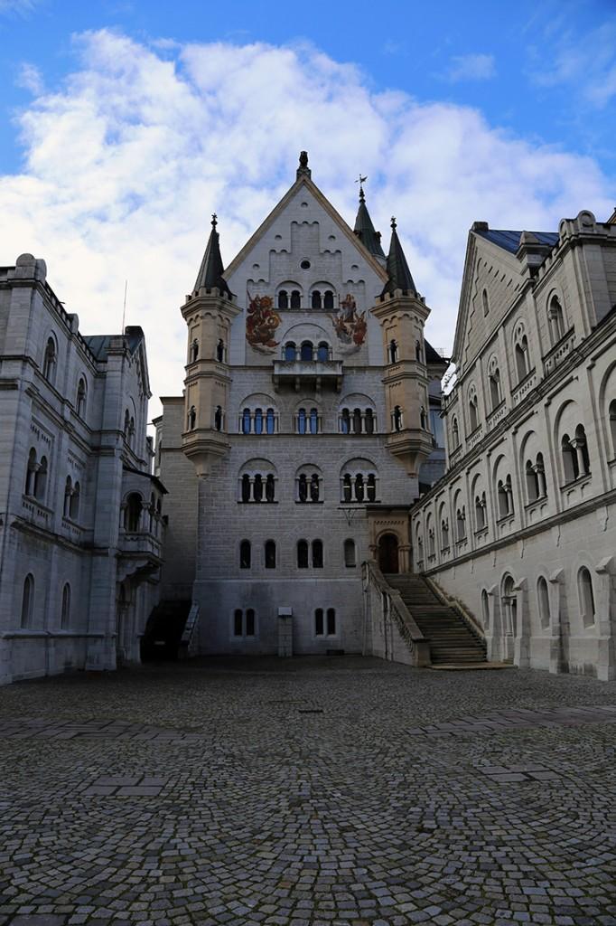 Widok na zamek Neuschwanstein od strony dziedzińca.