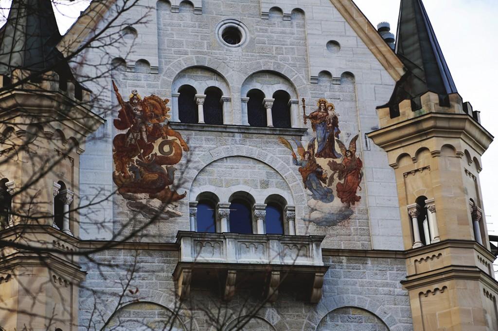 Malowidła na budynku pałacowym: Święty Jerzy zabijający smoka oraz Maria - patronka Bawarii.