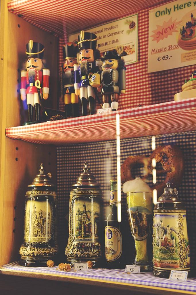 Tradycyjne bawarskie pamiątki oraz specjały do kupienia w zamku: dziadki do orzechów, zdobione kufle, precle i piwo :)