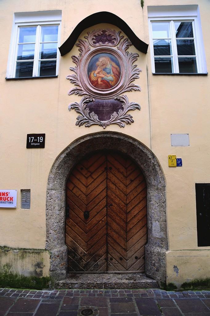 Drzwi jednej z kamienic Innsbrucka.