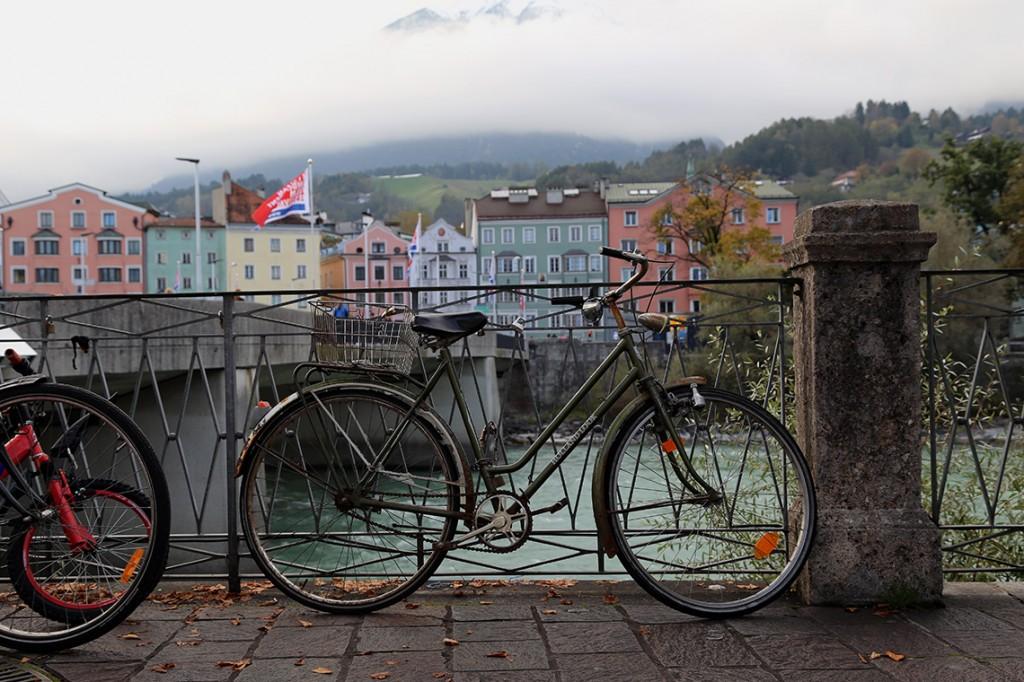 W Innsbrucku na każdym kroku można natknąć się na jakiś rower. Ten stał sobie w naprawdę pięknej scenerii - w tle rzeka Inn, kolorowe budynki i przykryte chmurami szczyty Nordkette.