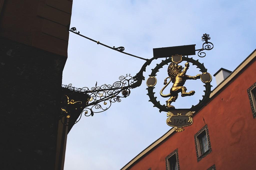 Jeden z licznych misternie zdobionych szyldów w Innsbrucku.