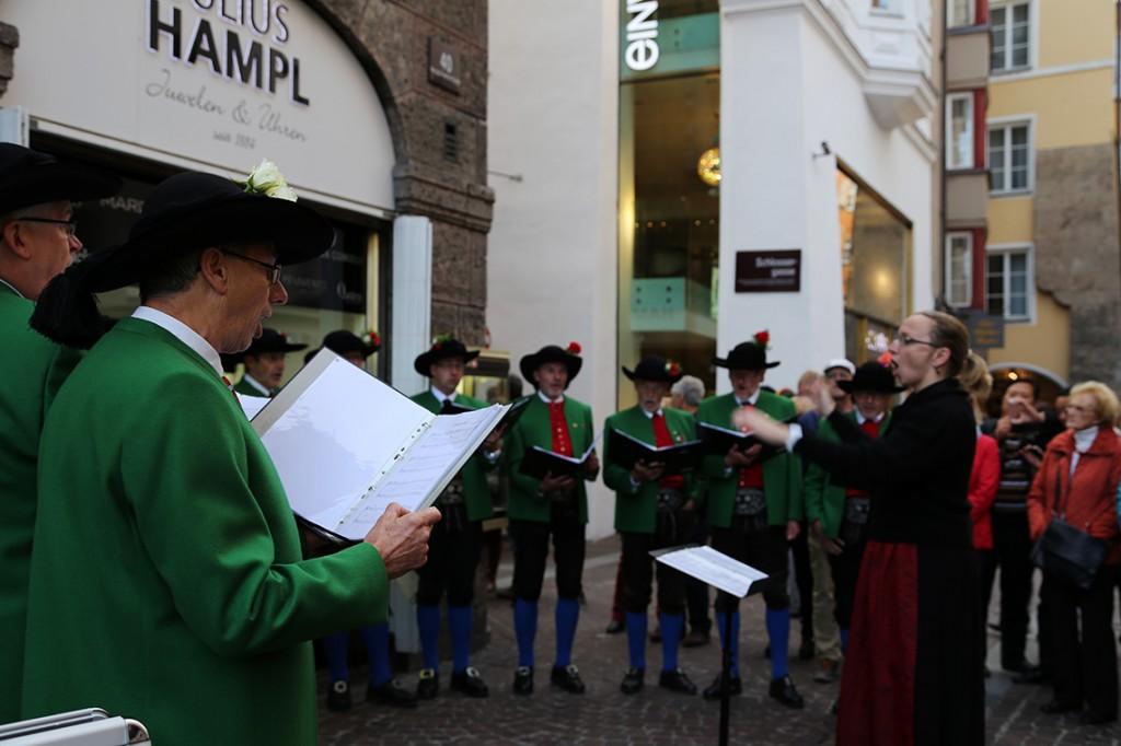 Jeden z wielu ulicznych chórków w Innsbrucku.
