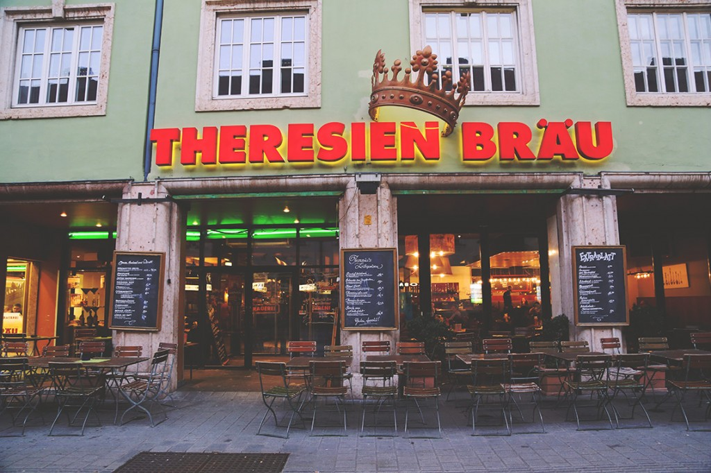 Restauracja Theresienbräu serwująca nie tylko tyrolskie specjały, lecz również warzone na miejscu piwo.