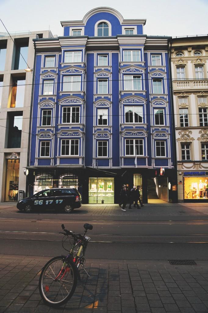 Kamienica o intensywnym, niebieskim kolorze w centrum Innsbrucka.