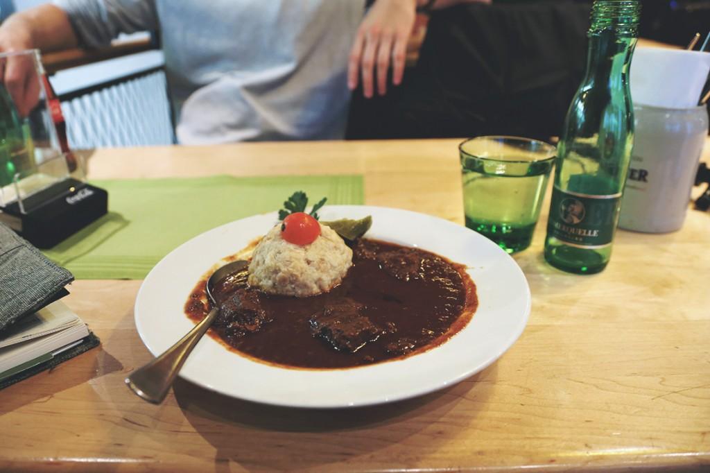 Brauhausgulasch, czyli przepyszny gulasz wołowy duszony w piwie i ogromna pyza.