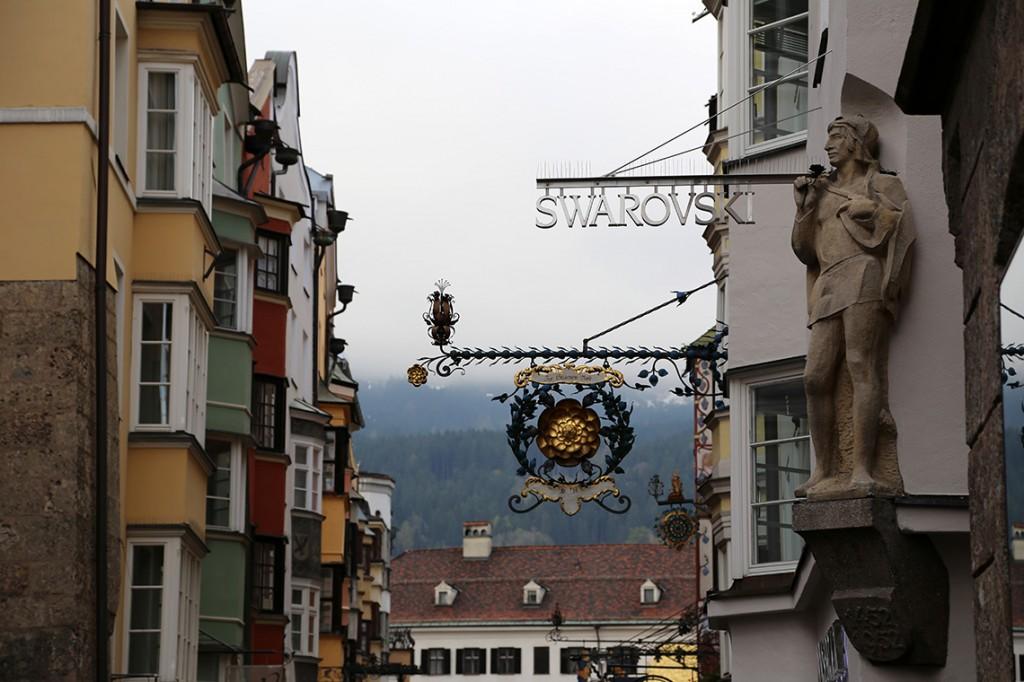 Pięknie zdobione szyldy tuż przy sklepie Swarovski Innsbruck.