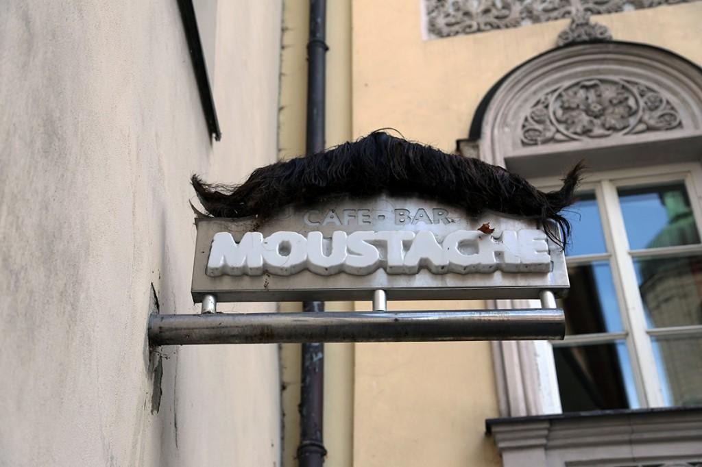 """A naprzeciwko Katedry - bar o nazwie """"Wąsy""""... ;)"""