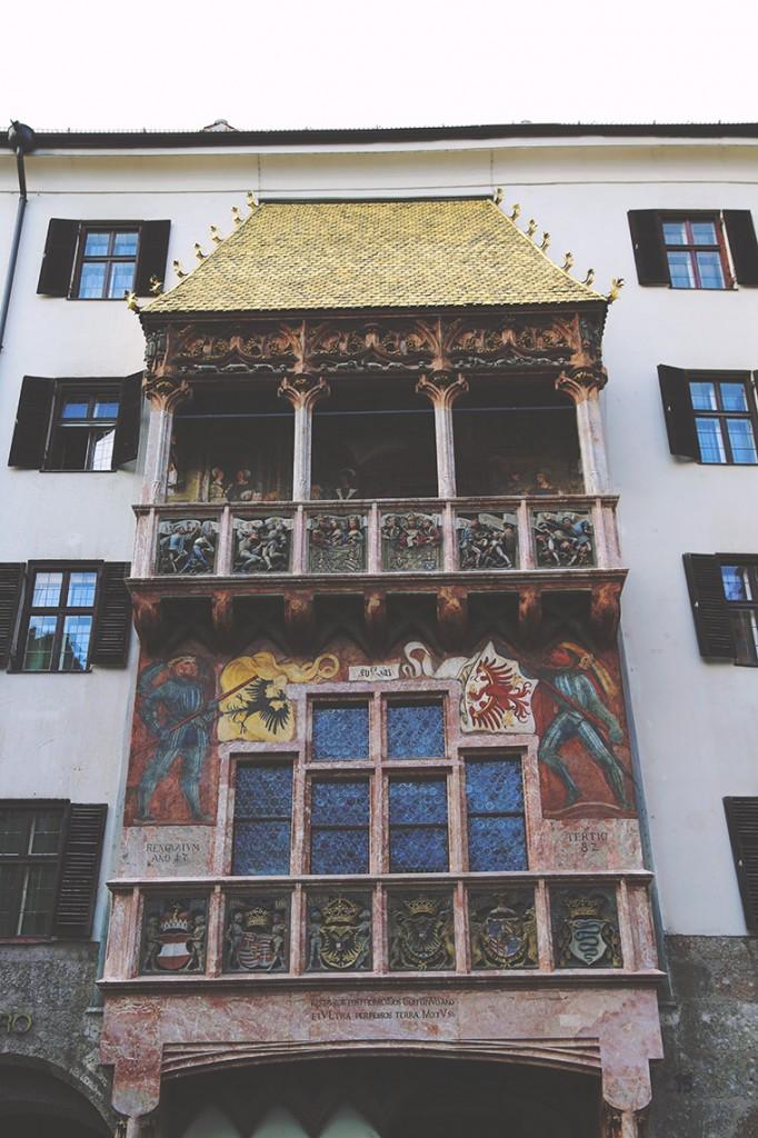 Goldenes Dachl, czyli Złoty Dach, uważany jest za symbol miasta. Powstał z okazji ślubu cesarza Maksymiliana I Habsburga z Biancą Marią Sforza, córką mediolańskiego księcia.