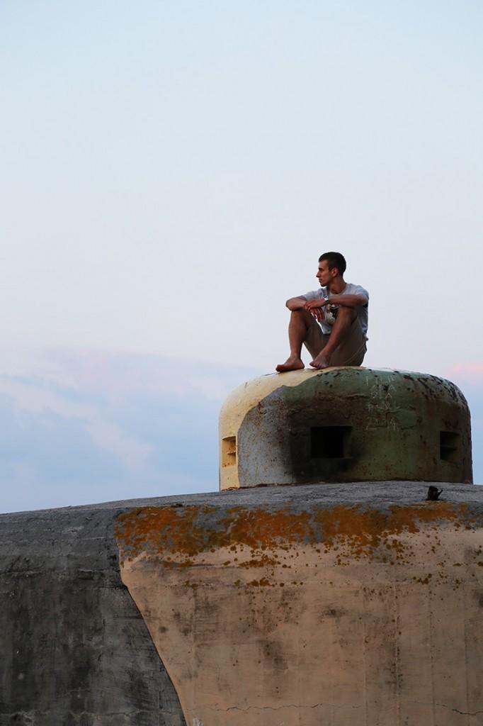 Tomek chilluje na jednym z bunkrów na plaży w Jastarni... ;)