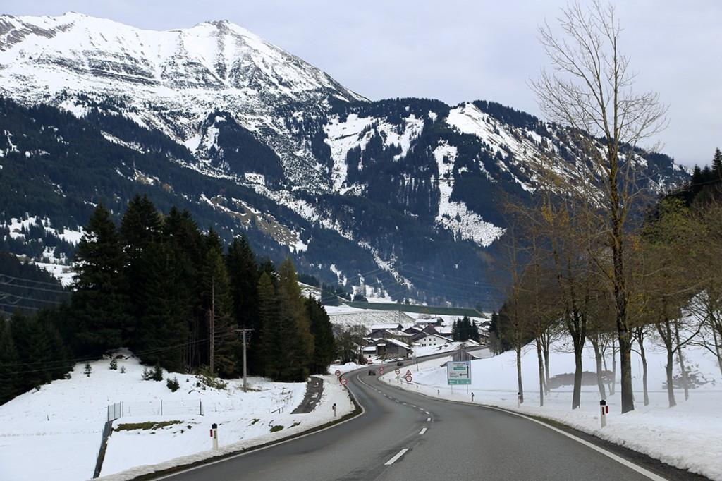 Zimowa sceneria pod koniec października w Tyrolu (okolice miejscowości Lähn i Wengle)...