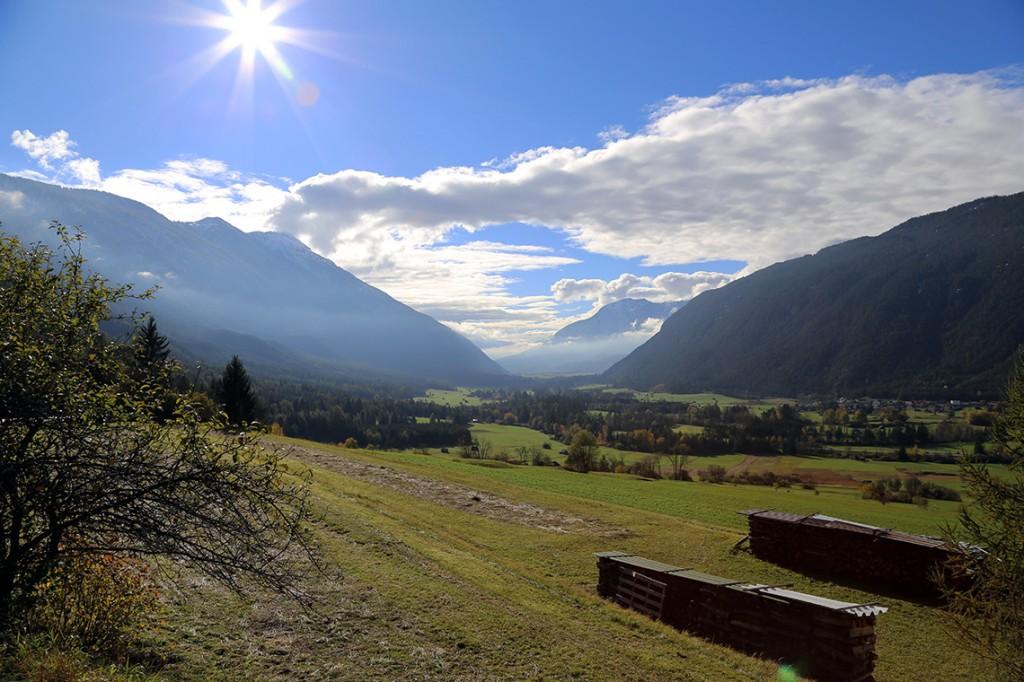 ...lecz zaledwie pół godziny później i 20 kilometrów dalej robi się słonecznie i zielono, wręcz wiosennie (Nassereith, Austria).