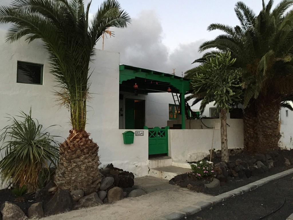 """Na tabliczce domku napisane jest """"Aquí vive un pescador"""", czyli """"tutaj mieszka rybak"""". Nad wejściem wiszą świąteczne ozdoby."""