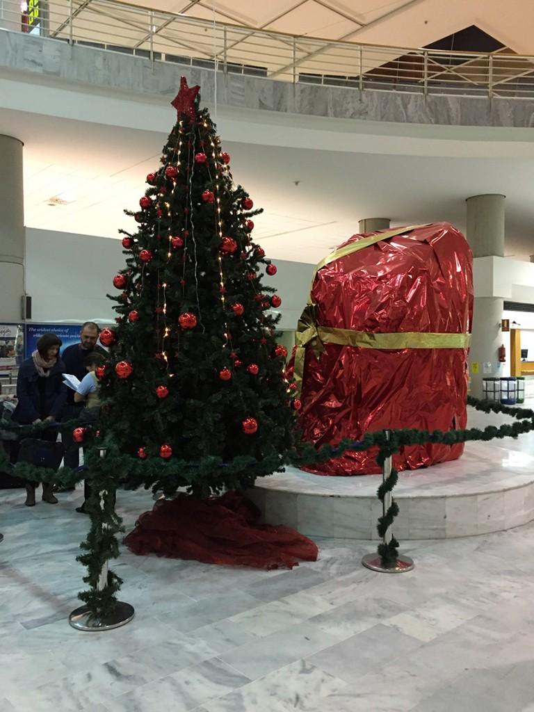 Świąteczne ozdoby na lotnisku w Arrecife. Ta wielka bryła to ogromny wulkaniczny kamień udający prezent ;)