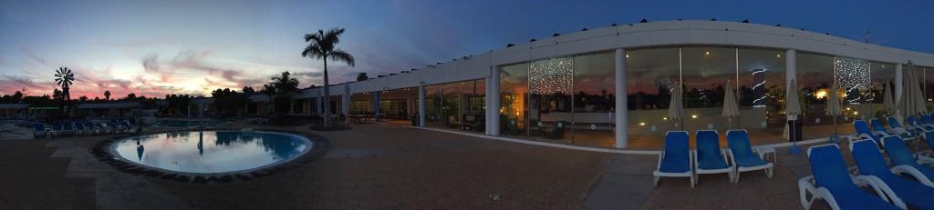 Panorama naszego hotelu o wschodzie słońca - w oknach zawieszone są świąteczne lampki.
