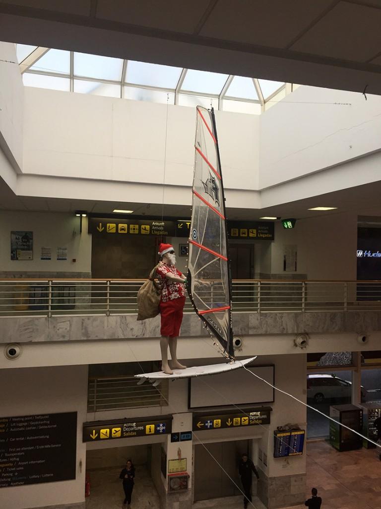 Mikołaj-surfer na Lotnisku w Arrecife! Nasze klimaty! ;)